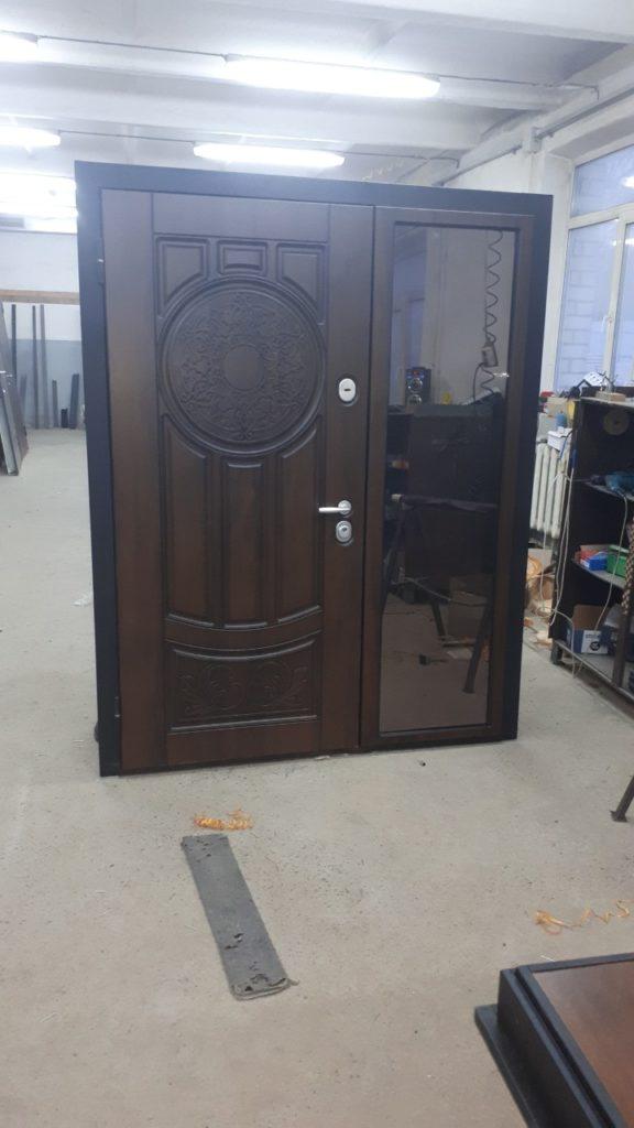 Усиленные металлические входные двери со стеклом и деревянной обшивкой