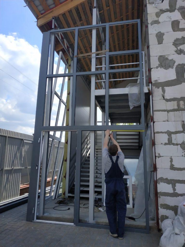Монтаж входной группы и фасадного остекления здания алюминиевым профилем
