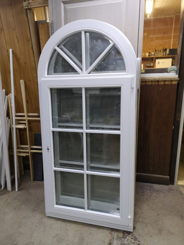 Окна из массива (стандартной и нестандартной формы) для загородного дома