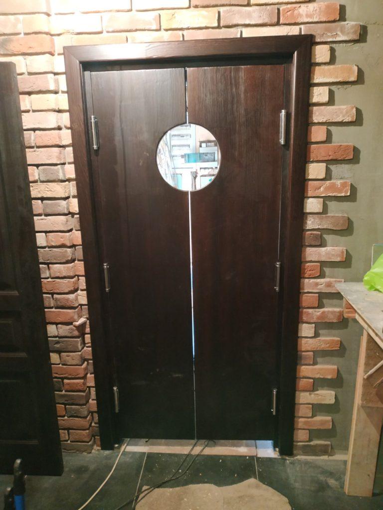 Распашные двери для бара из массива дерева