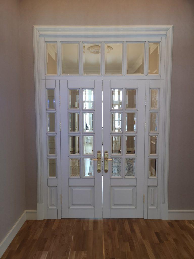 Двери из массива в старинном классическом стиле