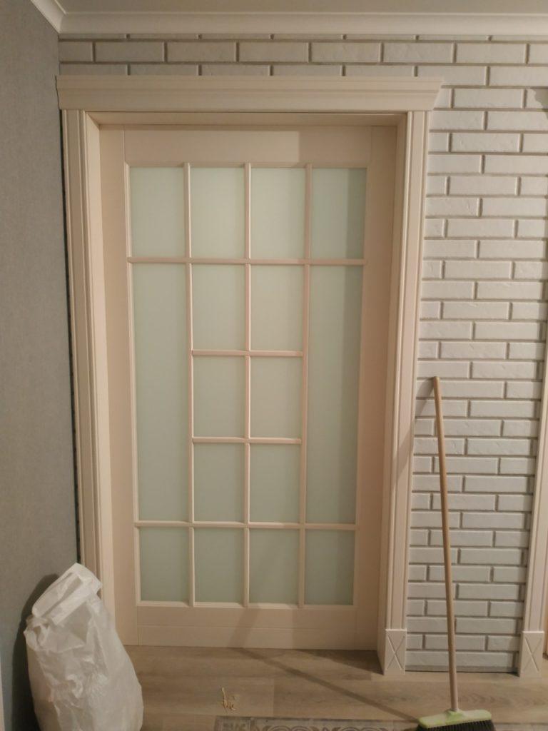 Межкомнатные двери из массива с матовым стеклом