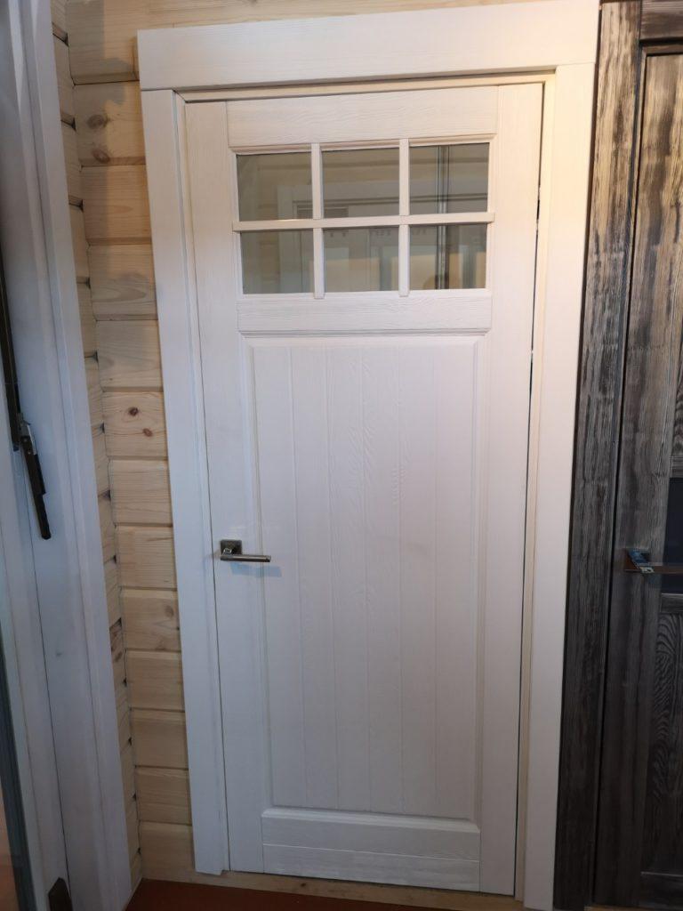 Двери из массива со стеклянной раскладкой вверху