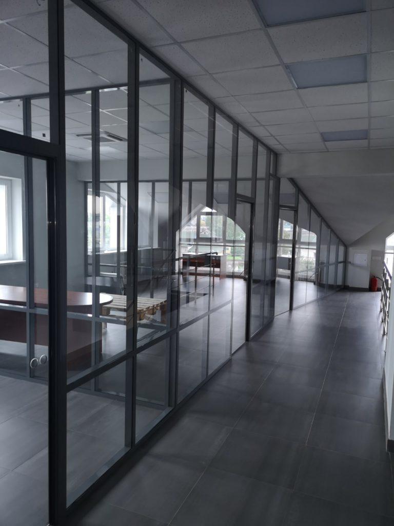 Монтаж стеклянных офисных перегородок с алюминиевым профилем
