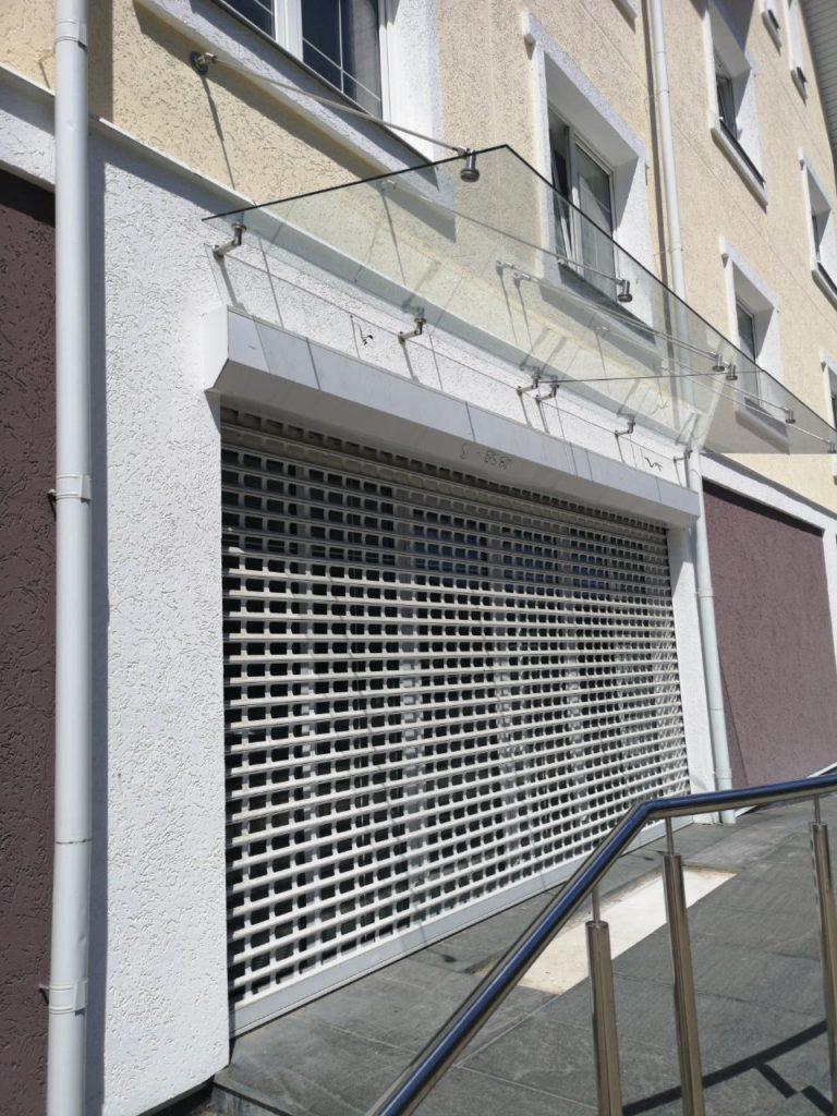 Ворота с сеткой и подъёмным механизмом для магазина