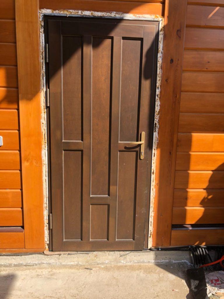 Входные двери в частный дом из массива