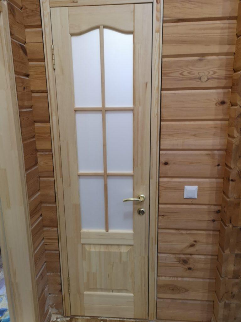 Межкомнатные двери со стеклом из массива в деревенском стиле