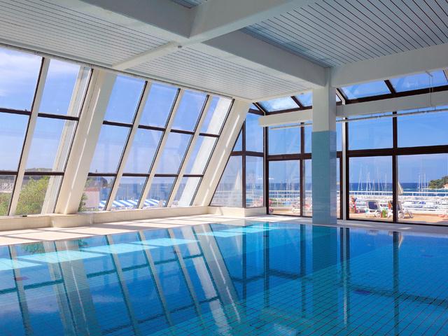 Панорамные окна в бассейн